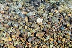 Pierres grises de Brown, vagues, minerais de l'eau, fond abstrait Photographie stock