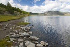 Pierres le long de rivage de lac mongol image stock