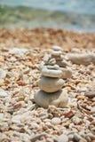 Pierres lisses empilées sur l'un l'autre sur la plage Tour des pierres pour la méditation sur une mer Mite se reposant sur image stock