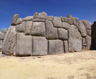 Pierres massives dans des murs de forteresse d'Inca Photo stock