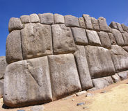 Pierres massives dans des murs de forteresse d'Inca Photographie stock libre de droits