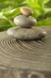 Pierres miniatures de zen parmi l'harmonie de Natureâs Image stock