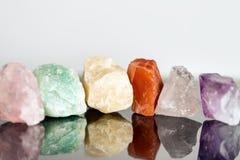 Pierres minérales diverses, non coupées, thérapie par les cristaux pour l'alterna Photos stock