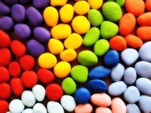 Pierres naturelles peintes dans différentes couleurs Photo libre de droits