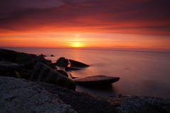 Pierres plates dans le coucher du soleil Image stock