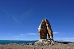 Pierres pliées de paumes au lac Namco Images libres de droits