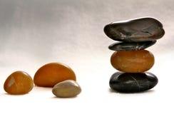Pierres polies équilibrées par zen Photographie stock