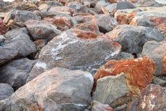 pierres qui constituent les roches dans la mer Images libres de droits