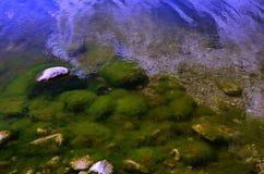 Pierres sous l'eau Image stock
