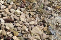 Pierres sous l'eau Photographie stock libre de droits