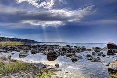 Pierres sur la côte de mer baltique et le ciel bleu Images libres de droits