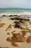 Pierres sur la plage tropicale Image libre de droits