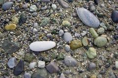 Pierres sur une plage image libre de droits