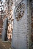 Pierres tombales antiques aux ruines d'église Photographie stock libre de droits
