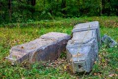Pierres tombales antiques près de l'église orthodoxe dans le village d'Obolenskoe image stock