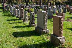 Pierres tombales dans un cimetière américain Image libre de droits