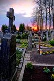 Pierres tombales dans un cimetière chrétien Photo stock
