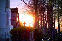 Pierres tombales dans un cimetière chrétien Photos libres de droits