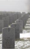 Pierres tombales dans un cimetière militaire Photographie stock libre de droits