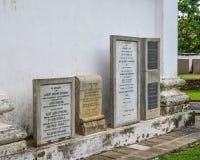 Pierres tombales dans un petit vieux cimetière image libre de droits