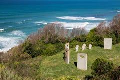 Pierres tombales de mémorial de guerre sur le sentier piéton côtier atlantique dans le bidart, France Photos stock