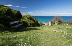 Pierres tombales de mémorial de guerre sur le sentier piéton côtier atlantique dans le bidart, France Photographie stock