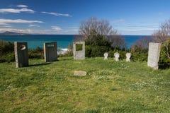 Pierres tombales de mémorial de guerre sur le sentier piéton côtier atlantique dans le bidart, France Image libre de droits