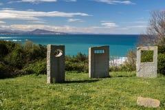 Pierres tombales de mémorial de guerre sur le sentier piéton côtier atlantique dans le bidart, France Photo libre de droits