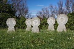 Pierres tombales de mémorial de guerre sur le sentier piéton côtier atlantique dans le bidart, France Photo stock