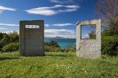Pierres tombales de mémorial de guerre sur le sentier piéton côtier atlantique dans le bidart, France Image stock