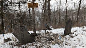 Pierres tombales inclinées dans le cimetière de Galick images libres de droits