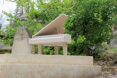 Pierres tombales intéressantes le long des voies, ceci avec un piano, Pere LaChaise Cemetery, Paris, France, 2016 Photo libre de droits