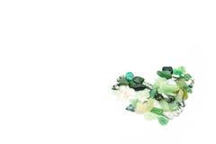 Pierres vertes dans la forme de coeur d'isolement Photographie stock