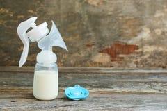 Piersi pompa mleko, pacyfikator obrazy stock