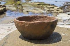 Pierwotny ceramiczny puchar outside na skalistej plaży fotografia royalty free