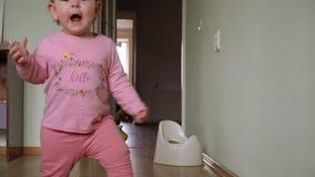 Pierwsi kroki dziecko berbecia uczenie chodzi? w ?ywym pokoju Spadać i trwanie w górę zdjęcie wideo