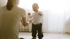 Pierwsi kroki mała chłopiec zbiory