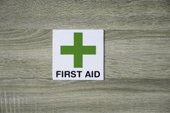 Pierwsza pomoc znak na drewnianej ścianie Zdjęcia Stock