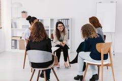 Pierwsze spotkanie kobiet zagadnie? grupy pomocy spotkanie, grupowy terapii poj?cie zdjęcia stock