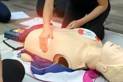 Pierwszej pomocy cardiopulmonary resuscitation kurs używać AED szkolenie fotografia stock
