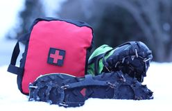 Pierwszej Pomocy torba Z butami Z kolcami W śniegu fotografia stock