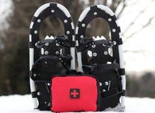 Pierwszej Pomocy torba Z karplami W śniegu obrazy royalty free