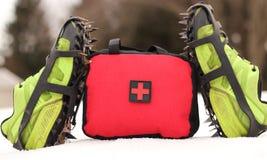 Pierwszej Pomocy torby pozycja W śniegu Z butami I kolcami Trwanimi W górę obraz stock