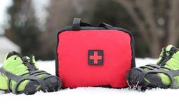 Pierwszej Pomocy torby pozycja W śniegu Z butami Z kolcami obraz royalty free