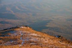 Pierwszy śnieg w górach - opóźniona jesień obrazy stock