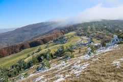 Pierwszy śnieg w górach fotografia stock