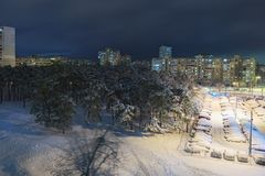 pierwszy śnieg Wieżowowie blisko zalesionego terenu miasto Kyiv Ukraina najlepszy widok mgły domu krajobrazu ranek sylwetki drzew Obraz Royalty Free