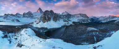pierwszy śnieg Wspina się Assiniboine, jest ostrosłupowym szczytowym górą lokalizować na Wielkim podziale, także znać jako Assini zdjęcia royalty free