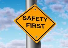 pierwszy bezpieczeństwo na drogach szyldowy uliczny symbol Fotografia Royalty Free