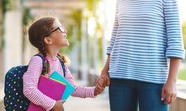 pierwszy dzień szkoły matek prowadzeń małego dziecka szkoły dziewczyna w f Obraz Royalty Free